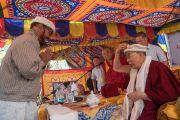 Один из гостей преподносит в дар Его Святейшеству Далай-ламе тюрбан во время торжественного обеда, организованного в Чогламсаре Ладакским автономным горным советом по развитию. Ладак, штат Джамму и Кашмир, Индия. 14 августа 2016 г. Фото: Тензин Чойджор (офис ЕСДЛ)