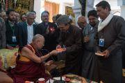Его Святейшество Далай-лама преподносит в дар представителям мусульманского сообщества экземпляры своей книги «Больше, чем религия. Этика для всего мира» во время визита в мечеть Имамбарга Чучот Гонгма. Ле, Ладак, штат Джамму и Кашмир, Индия. 17 августа 2016 г. Фото: Тензин Чойджор (офис ЕСДЛ)
