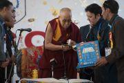 Его Святейшеству Далай-ламе преподносят в дар цифровую книгу Таджвид (правила чтения) Корана в начале визита в среднюю школу Исламия. Ле, Ладак, штат Джамму и Кашмир, Индия. 17 августа 2016 г. Фото: Тензин Чойджор (офис ЕСДЛ)