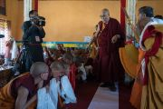 Его Святейшество Далай-лама прибывает в зал собраний женского монастыря, входящего в Ладакскую ассоциацию женских монастырей. Ле, Ладак, штат Джамму и Кашмир, Индия. 17 августа 2016 г. Фото: Тензин Чойджор (офис ЕСДЛ)