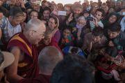 Его Святейшество Далай-лама приветствует своих почитателей, собравшихся, чтобы проводить его по завершении визита в мечеть Имамбарга Чучот Гонгма. Ле, Ладак, штат Джамму и Кашмир, Индия. 17 августа 2016 г. Фото: Тензин Чойджор (офис ЕСДЛ)