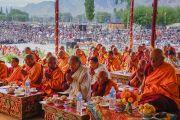 Старшие монахи и миряне возносят молитвы в начале первого дня учений Его Святейшества Далай-ламы по поэме Шантидевы «Бодхичарья-аватара». Ле, Ладак, штат Джамму и Кашмир, Индия. 18 августа 2016 г. Фото: Тензин Чойджор (офис ЕСДЛ)