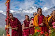 Монахи ожидают прибытия Его Святейшества Далай-ламы на площадку Шивацель в начале второго дня учений по поэме Шантидевы «Бодхичарья-аватара». Ле, Ладак, штат Джамму и Кашмир, Индия. 19 августа 2016 г. Фото: Тензин Чойджор (офис ЕСДЛ)