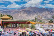 Верующие прячутся под зонтиками от палящих лучей солнца во время второго дня учений Его Святейшества Далай-ламы по поэме Шантидевы «Бодхичарья-аватара». Ле, Ладак, штат Джамму и Кашмир, Индия. 19 августа 2016 г. Фото: Тензин Чойджор (офис ЕСДЛ)