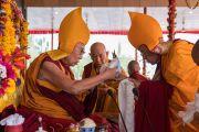 Гаден Трипа Ризонг Ринпоче совершает ритуальные подношения во время молебна о долгой жизни Его Святейшества Далай-ламы. Ле, Ладак, штат Джамму и Кашмир, Индия. 20 августа 2016 г. Фото: Тензин Чойджор (офис ЕСДЛ)