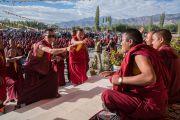 Монахи проводят буддийский философский диспут перед началом четвертого дня учений Его Святейшества Далай-ламы. Ле, Ладак, штат Джамму и Кашмир, Индия. 21 августа 2016 г. Фото: Тензин Чойджор (офис ЕСДЛ)