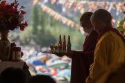 Монахи совершают традиционные подношения во время посвящения Авалокитешвары, даруемого Его Святейшеством Далай-ламой. Ле, Ладак, штат Джамму и Кашмир, Индия. 21 августа 2016 г. Фото: Тензин Чойджор (офис ЕСДЛ)