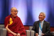 Его Святейшество Далай-лама и его переводчик Тубтен Джинпа во время утренней сессии конференции «Власть и забота», организованной под эгидой института «Ум и жизнь». Брюссель, Бельгия. 9 сентября 2016 г. Фото: Оливье Адам