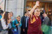 Его Святейшество Далай-лама машет рукой своим почитателям по прибытии в центр изящных искусств «Бозар». Брюссель, Бельгия. 9 сентября 2016 г. Фото: Оливье Адам