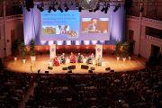 Вид на сцену конференц-зала им. Анри ле Бефа центра изящных искусств «Бозар» во время утренней сессии конференции «Власть и забота», организованной под эгидой института «Ум и жизнь». Брюссель, Бельгия. 9 сентября 2016 г. Фото: Оливье Адам