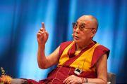 Его Святейшество Далай-лама выступает с комментариями в завершение дневной сессии конференции «Власть и забота», организованной под эгидой института «Ум и жизнь». Брюссель, Бельгия. 9 сентября 2016 г. Фото: Оливье Адам
