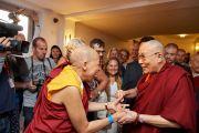 Его Святейшество Далай-лама приветствует своих друзей по прибытии в центр изящных искусств «Бозар». Брюссель, Бельгия. 9 сентября 2016 г. Фото: Оливье Адам
