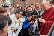Его Святейшество Далай-лама приветствует своих почитателей по прибытии в центр изящных искусств «Бозар» в начале заключительного дня конференции «Власть и забота». Брюссель, Бельгия. 11 сентября 2016 г. Фото: Оливье Адам