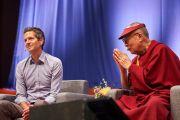Его Святейшество Далай-лама благодарит Фредерика Лалу за его доклад, представленный в ходе заключительного дня конференции «Власть и забота», организованной под эгидой института «Ум и жизнь». Брюссель, Бельгия. 11 сентября 2016 г. Фото: Оливье Адам