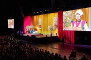Вид на сцену Брюссельского выставочного центра «Palais 12 Expo» во время публичной лекции Его Святейшества Далай-ламы «Личные обязательства и глобальная ответственность». Брюссель, Бельгия. 11 сентября 2016 г. Фото: Оливье Адам