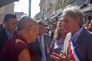 Мэр 2-го округа Парижа Жак Буто приветствует Его Святейшество Далай-ламу по прибытии в Париж. Париж, Франция. 12 сентября 2016 г. Фото: Джереми Рассел (офис ЕСДЛ)