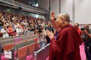 Его Святейшество Далай-лама приветствует участников межконфессиональной встречи по прибытии в Лувенский католический университет. Брюссель, Бельгия. 12 сентября 2016 г. Фото: Оливье Адам
