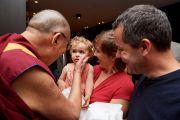 Его Святейшество Далай-лама приветствует верующих с маленьким ребенком, ожидавших его в холле отеля. Брюссель, Бельгия. 12 сентября 2016 г. Фото: Оливье Адам