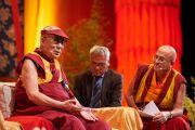 Его Святейшество Далай-лама отвечает на вопросы слушателей во время публичной лекции «Больше, чем религиозная этика», прошедшей в спортивно-концертном комплексе «Зенит». Страсбург, Франция. 18 сентября 2016 г. Фото: Оливье Адам