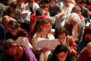 Верующие слушают Его Святейшество Далай-ламу во время посвящения Авалокитешвары, надев ритуальные повязки. Страсбург, Франция. 18 сентября 2016 г. Фото: Оливье Адам