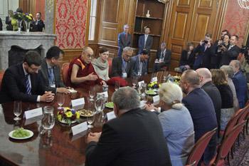 Далай-лама принял участие в конференции «Форума 2000» в Праге