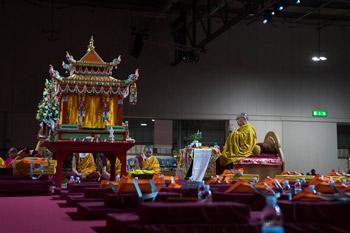 В завершение европейского турне Далай-лама даровал посвящение Авалокитешвары и прочел публичную лекцию