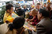 Его Святейшество Далай-лама ставит автограф на традиционной тибетской танке по прибытии в свой отель в Братиславе. Братислава, Словакия. 15 октября 2016 г. Фото: Томаш Халаш