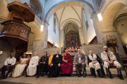 Его Святейшество Далай-лама и участники межконфессионального молебна о мире в соборе Гроссмюнстер. Цюрих, Швейцария. 15 октября 2016 г. Фото: Мануэль Бауэр