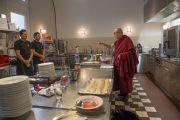 Его Святейшество Далай-лама приветствует работников кухни, приготовивших обед для религиозных лидеров и других гостей межконфессионального молебна о мире. Цюрих, Швейцария. 15 октября 2016 г. Фото: Мануэль Бауэр