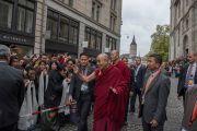 Его Святейшество Далай-лама приветствует своих почитателей по завершении межконфессионального молебна о мире, прошедшего в соборе Гроссмюнстер. Цюрих, Швейцария. 15 октября 2016 г. Фото: Мануэль Бауэр