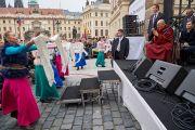 Местные артисты исполняют танец для Его Святейшества Далай-ламы на Градчанской площади. Прага, Чехия. 17 октября 2016 г. Фото: Оливье Адам