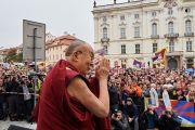 Его Святейшество Далай-лама приветствует более двух с половиной тысяч человек, собравшихся на Градчанской площади. Прага, Чехия. 17 октября 2016 г. Фото: Оливье Адам