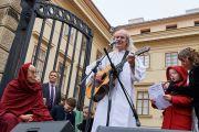 Католический священник и музыкант Ладислав Хераян исполняет приветственную песню Его Святейшеству Далай-ламе на Градчанской площади. Прага, Чехия. 17 октября 2016 г. Фото: Оливье Адам