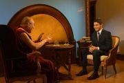 Его Святейшество Далай-лама дает интервью журналисту чешского телеканала «24». Прага, Чехия. 17 октября 2016 г. Фото: Джереми Рассел (офис ЕСДЛ)