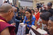 Тибетцы из местного тибетского сообщества подносят традиционное приветствие Его Святейшеству Далай-ламе, прибывшему на Градчанскую площадь. Прага, Чехия. 17 октября 2016 г. Фото: Джереми Рассел (офис ЕСДЛ)