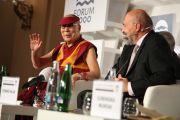 Его Святейшество Далай-лама отвечает на вопросы в ходе заключительного экспертного обсуждения в рамках «Форума 2000». Прага, Чехия. 18 октября 2016 г. Фото: Ондрей Бесперат