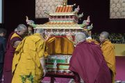 Его Святейшество Далай-лама рассматривает песочную мандалу Авалокитешвары по прибытии на сцену конференц-зала выставочного центра «Rho Fiera Milano» перед проведением подготовительных церемоний для посвящения Авалокитешвары. Милан, Италия. 22 октября 2016 г. Фото: Тензин Чойджор (офис ЕСДЛ)