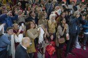 Верующие почтительно приветствуют Его Святейшество Далай-ламу, прибывшего на сцену конференц-зала выставочного центра «Rho Fiera Milano». Милан, Италия. 22 октября 2016 г. Фото: Тензин Чойджор (офис ЕСДЛ)