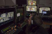 Команда видеорежиссеров ведет прямую интернет-трансляцию и трансляцию посвящения на большие экраны в конференц-зале выставочного центра «Rho Fiera Milano». Милан, Италия. 22 октября 2016 г. Фото: Тензин Чойджор (офис ЕСДЛ)