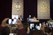 Ричард Гир представляет собравшимся Его Святейшество Далай-ламу перед началом публичной лекции о светской этике. Милан, Италия. 22 октября 2016 г. Фото: Тензин Чойджор (офис ЕСДЛ)