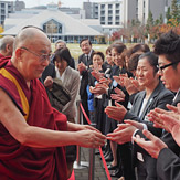 Далай Лам Саитамагийн Анагаах Ухааны Их Сургуульд айлчиллаа.