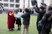 Его Святейшество Далай-лама отвечает на вопросы Томоко Нагано, ведущей программы на телеканале «Асахи». Осака, Япония. 10 ноября 2016 г. Фото: Джигме Чопхел
