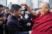 Его Святейшество Далай-лама шутливо здоровается с учениками старшей школы «Сейфу». Осака, Япония. 10 ноября 2016 г. Фото: Джигме Чопхел