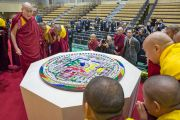 Его Святейшество Далай-лама осматривает песочную мандалу, которую возвели в честь открытия новой аудитории в старшей школе «Сейфу». Осака, Япония. 10 ноября 2016 г. Фото: Джигме Чопхел