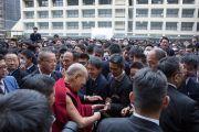 Его Святейшество Далай-лама общается с учениками после окончания лекции в старшей школе «Сейфу». Осака, Япония. 10 ноября 2016 г. Фото: Джигме Чопхел