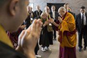 Его Святейшество Далай-лама здоровается со слушателями на входе в зал старшей школы «Сейфу» перед началом первой сессии учений. Осака, Япония. 11 ноября 2016 г. Фото: Джигме Чопхел