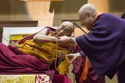 Его Святейшество Далай-лама и главный священник буддийской традиции сингон Юкеи Мацунага перед началом учений в старшей школе «Сейфу». Осака, Япония. 11 ноября 2016 г. Фото: Джигме Чопхел