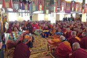 Дээрхийн Гэгээнтэн Далай Лам Идгачойлин дацанд лам хуврагуудад сургаал айлдаж байгаа нь. Монгол улс, Улаанбаатар хот. 2016.11.19. Гэрэл зургийг Тэнзин Такла (ДЛО)