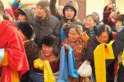 Дээрхийн Гэгээнтэн Далай Ламыг харахаар хүлээн буй сүсэгтнүүд. Монгол улс, Улаанбаатар хот. 2016.11.19. Гэрэл зургийг Тэнзин Такла (ДЛО)