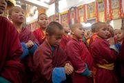 Бага лам хуврагууд Дээрхийн Гэгээнтэн Далай Ламыг Идгачойлин дацанд морилон ирэхийг хүлээж байгаа нь. Монгол улс, Улаанбаатар хот. 2016.11.19. Гэрэл зургийг Тэнзин Такла (ДЛО)